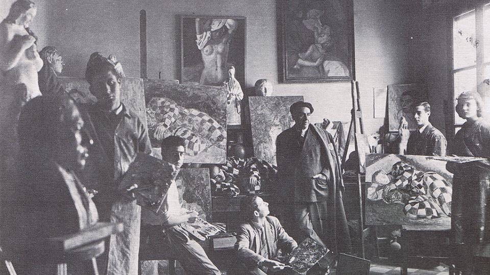 En el taller de Vazquez Díaz, con su maestro y varios discípulos