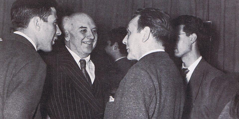 Cristino de Vera en su primera exposición, junto al poeta Adriano del Valle, el crítico de arte Castroarines y Rafael Canogar